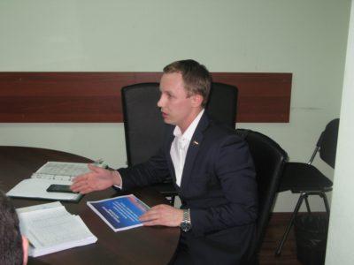 Депутат из района Перово Денис Аксёнов стал участником заседания комиссии по градостроительству и землепользованию. Фото Александра Калугина.