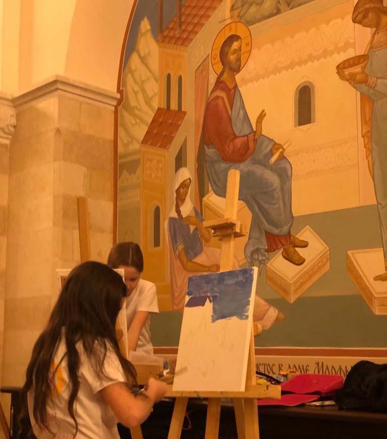 Дети из многодетных семей района Перово нарисовали своего Ангела-хранителя в Храме Христа Спасителя. Фото предоставлено Аппаратом СД МО Перово.