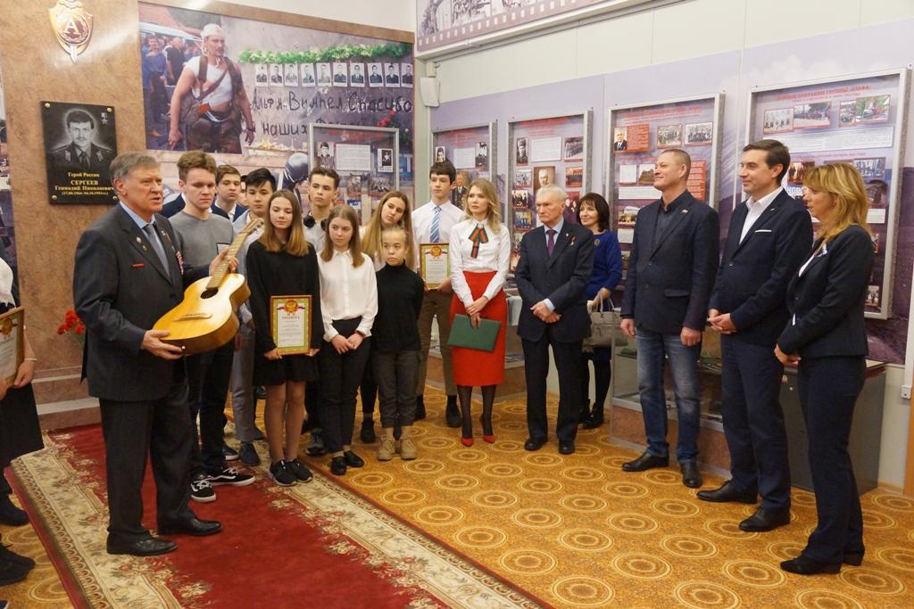 Родственники Геннадия Сергеева передали в дар музею школы №1852 его гитару. Фото Александра Калугина