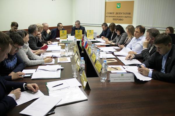 Дмитрий Филиппов на заседании Совета депутатов. Фото Сергея Овчинникова