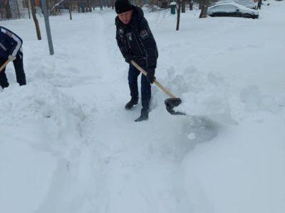 Перовские депутаты расчищали улицы от снега