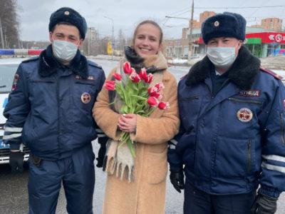 В ВАО полицейские поздравили автоледи с наступающим Международным женским днем