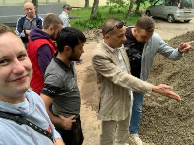 Денис Аксёнов напомнил подрядчикам о нормативах при резке бордюрного камня