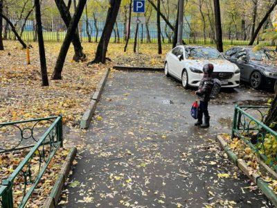 Во дворе на улице Плеханова оборудовали парковочное место для инвалида